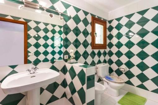 Baño con baldosas verdes