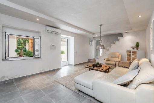 La sala de estar ofrece acceso al exterior
