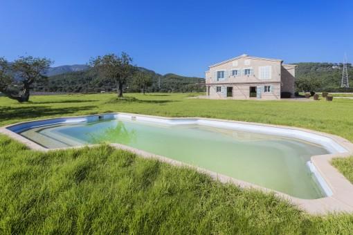 Jardín grande y zona de piscina