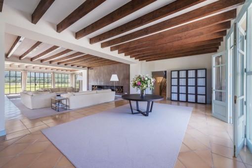 Sala de estar inundada por luz natural