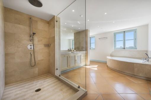 Baño principal con ducha grande y bañera