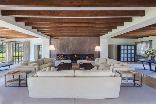 Saón con techo decorativo de vigas de madera