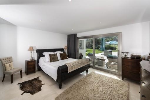 Dormitorio principal con acceso al jardín