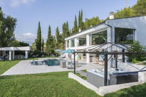 Jaccuzi y piscina en el jardín