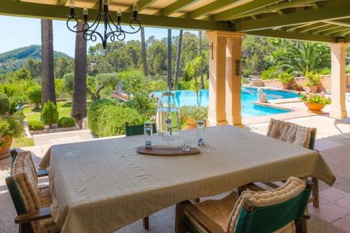 Comedor cubierto con vistas a la piscina
