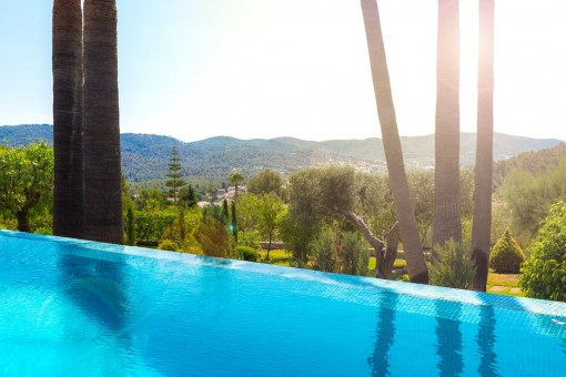 Bonitos puestos del sol desde la piscina desbordante