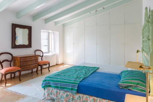 Dormitorio principal con vigas de madera