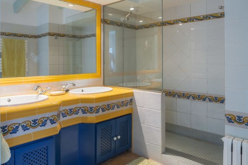Baño principal con ducha a nivel del suelo