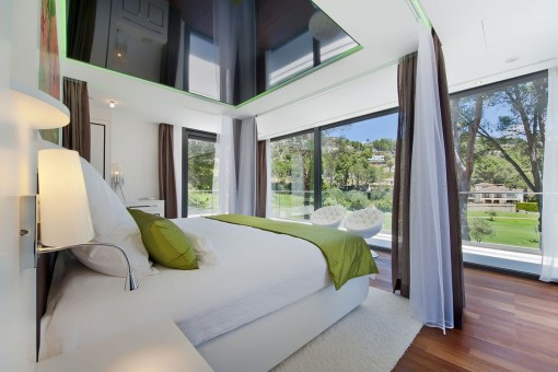 Dormitorio principal con vistas al jardín