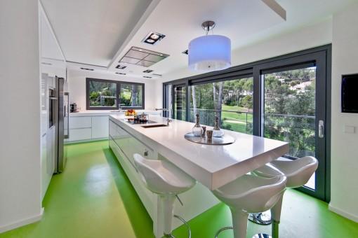 Cocina totalmente equipada con mesa larga