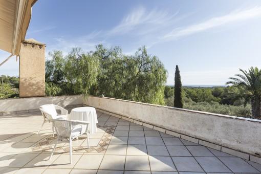 Gran terraza con vistas lejanas