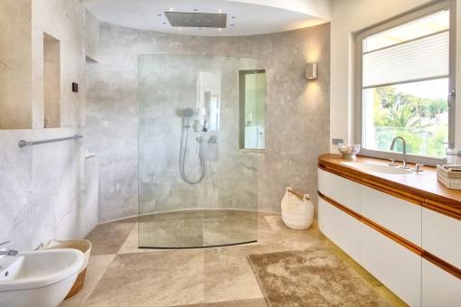Baño noble con ducha a nivel del suelo