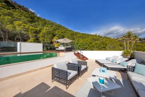 Soleada terraz de piscina