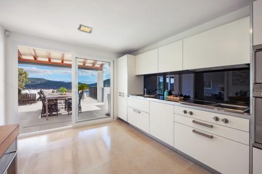 Cocina elegante con acceso a la terraza