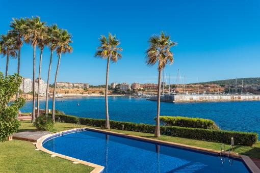 2 pisos con magníficas vistas al mar en un complejo residencial en primera línea de mar en Santa Ponsa