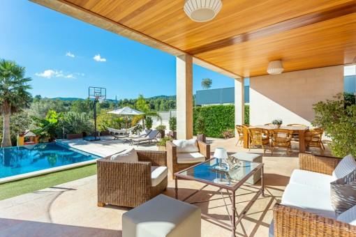 Terraza cubierta con vista a la piscina