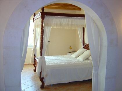 Dormitorio principal con baño en Suite, zona de vestidor y acceso a la terraza.