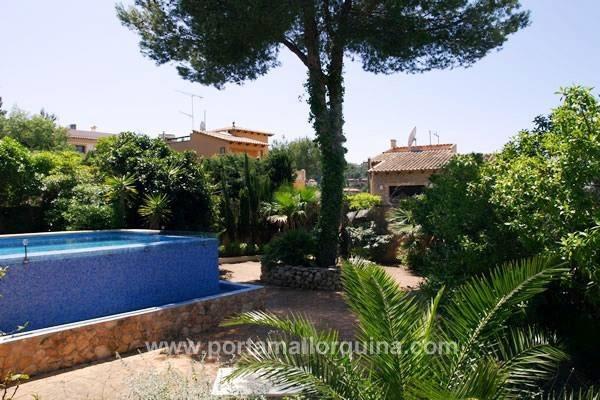 Jardín y piscina