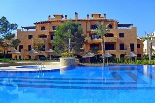 Amueblado apartmento con terraza y piscina comunitaria en Puig de Ros