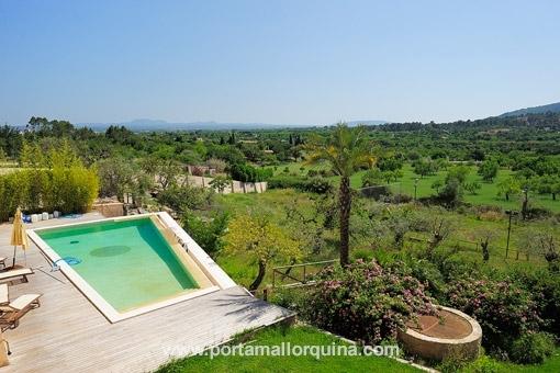 Vista sobre la piscina privada