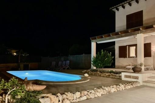 Área de piscina durante la noche