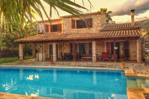 Casa amueblada con pista de tenis, piscina y calefacción central en una zona tranquila en Campanet