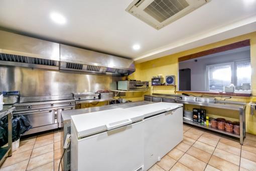 Grande cocina de gastronomía en la planta baja