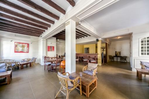 Puede usar esta área como un área de estar familiar o una restaurante