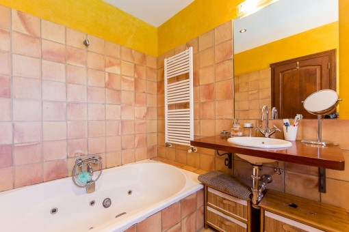 Baño luminoso con bañera y calefacción