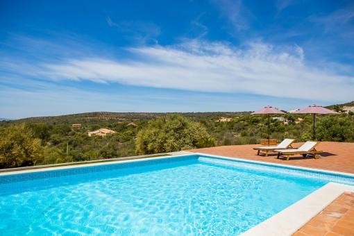 Terraza rodeadas la piscina
