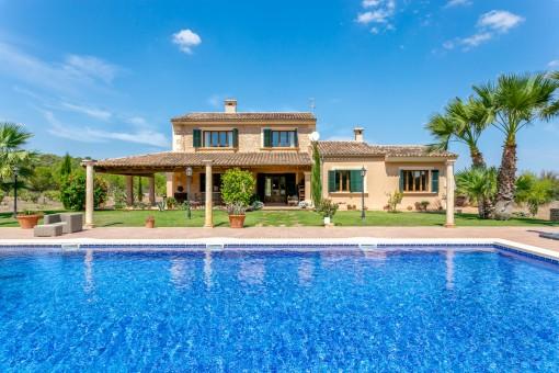 Hermosa finca con estilo, con gran piscina y jardín mediterráneo