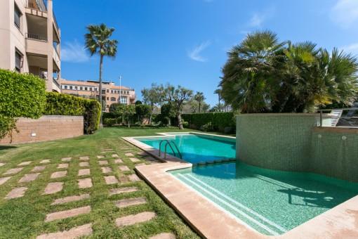 Brillante apartamento en planta baja, amueblado, con piscina comunitaria y una terraza cerca de la playa en Portixol
