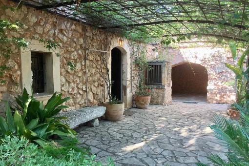 Finca de piedra sin amueblar y bien equipada con jardín idílico cerca de Costitx
