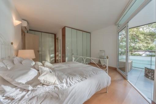 Precioso dormitorio con acceso al balcón