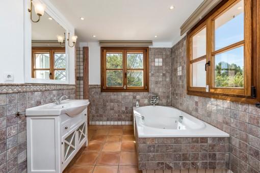 Bonito baño con bañera, ducha y ventanas