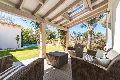 Terraza cubierta con zona de lounge