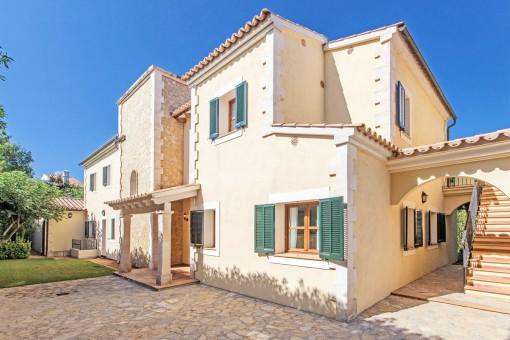 Vista frontal de la vivienda