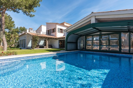 La piscina climatizada tiene una cubierta móvil