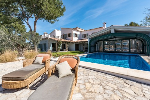 Fantástica piscina con terraza soleada