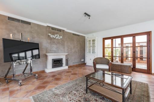 Espaciosa sala de estar con chimenea