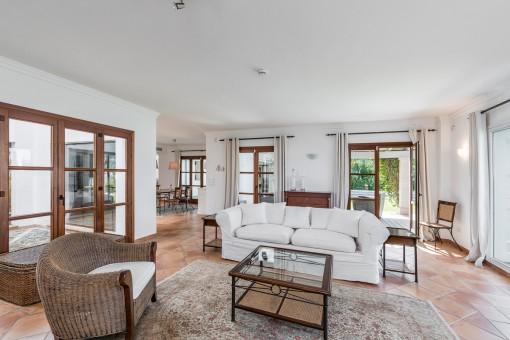 La sala de estar ofrece acceso a la terraza y al patio
