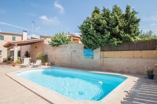 Casa de pueblo con calefacción central de gasoil, piscina y jardín