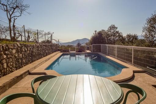 Área de comer en la terraza con vistas a la piscina