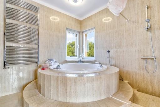 La bañera impresionante es el corazon del baño