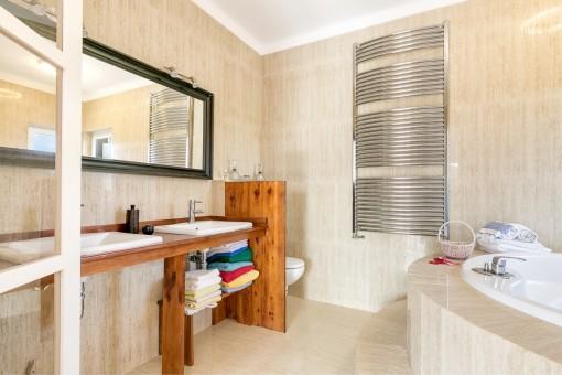 Baño con calefacción para las toallas