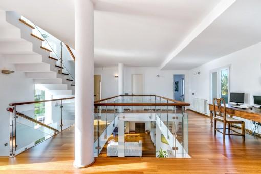 Galería moderna en la primera planta que se usa como oficina