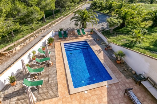La piscina maravillosa está rodeada de una terraza grande