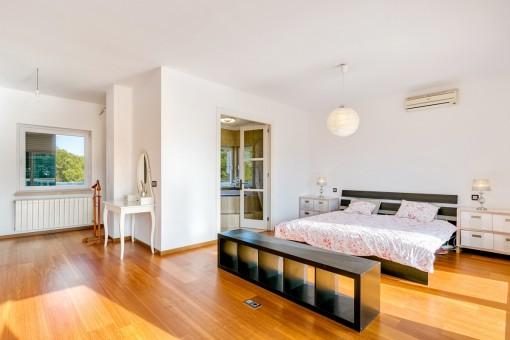 Espacioso dormitorio doble con baño en suite