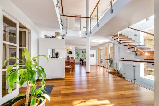 Hay suelos de parquet de roble y grandes ventanas por toda la casa