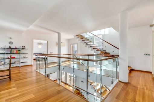 La casa moderna tiene un diseño amplio y abierto